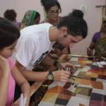 Cesc, el voluntario que coordina el proyecto, y Shweta, la profesora que supervisa a las mujeres - (c) Yan Seiler