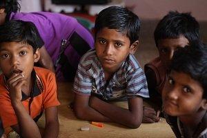 Niños de los slums de Varanasi reciben una educacion.