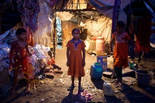 Unas 8.000 niñas trabajan en la recolección de basura en Varanasi