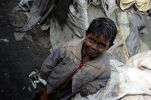 Cientos de niños en India se refugian en estaciones de tren