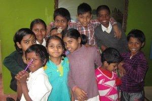 Grupo de niños y niñas de Dashashwamedh.