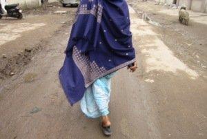 Laltusi Shekh caminando