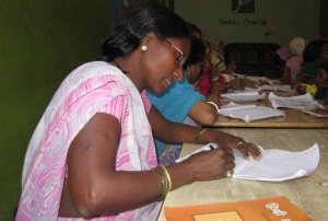 Mujer durante la clase de alfabetización.