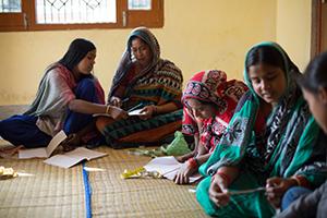 Mujeres de los 'slums' en clase.