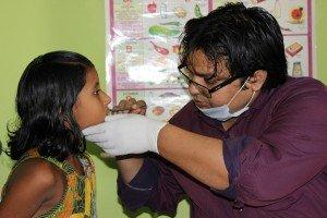 Los niños y niñas de Semilla pasan por la consulta del dentista