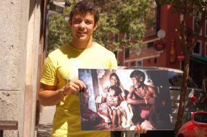 El fotógrafo Caros Losa junto a una de las fotografias de su exposicion