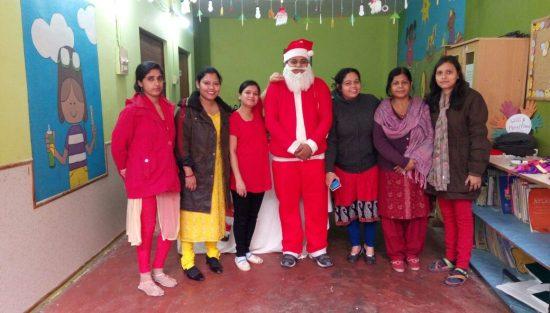 Papá Noel llegó por sorpresa al centro de Semilla, en Dashashwamedh.
