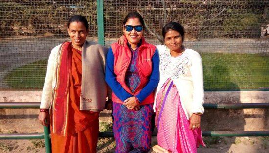 Las cocineras de Semilla Minakshi Tiwari (izq) y Sumitra Yadav (drcha), junto a Soma Roy, coordinadora del centro, en la excursión a Sarnath.