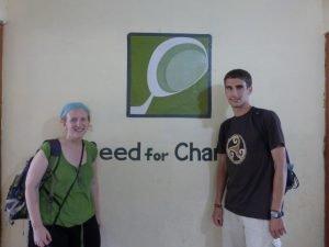 Lucía Artaza e Iñaki González, de visita en el centro de Semilla, en Sigra.
