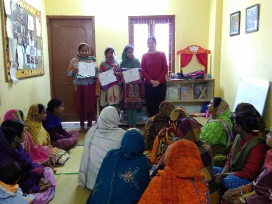 María Bodelon, directora de Semilla para el Cambio, entrega los diplomas a la tercera promoción de mujeres de Alfabetización.