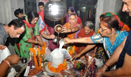 Devotos de Shiva se congrenfan en los templos para hacer las ofrendas