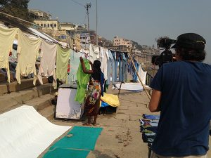 Mujer tendiendo a orillas del Ganges