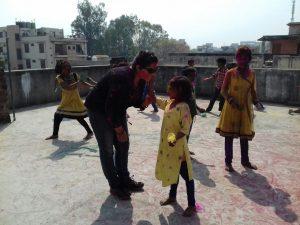 Niños y mayores disfrutan de los colores de Holi