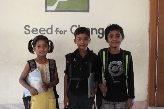 Priya, Amit e Isamil, preparados para ir al colegio.