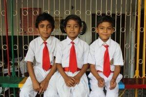 Ismail, Priya y Amit, tres de los nuevos estudiantes escolarizados, durante el recreo.