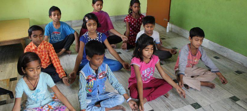 Respiramos hondo y cerramos los ojos… Vamos a hacer yoga con los alumnos de Semilla