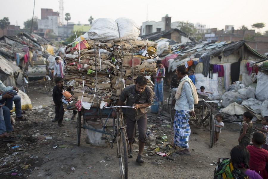 Recogedores de basura en los slums de Sigra en Varanasi