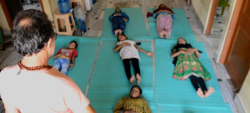 Los estudiantes de Semilla para el Cambio practican los beneficios del yoga con el profesor Domenec Hernández