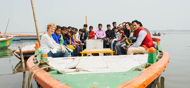 Un paseo en barca por el Ganges con los estudiantes de Sigra
