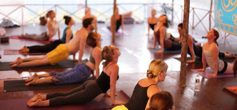 Masterclass solidaria de V-Yoga en el gimnasio Vivagym de Vigo