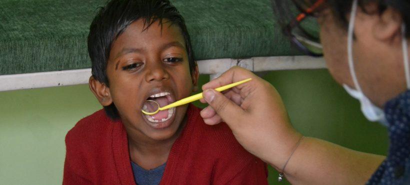 Los niños y niñas del proyecto educativo de Semilla pasan por el dentista