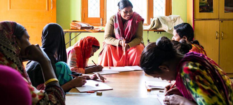«La lectura y la escritura cambian el mundo de una mujer analfabeta en India»