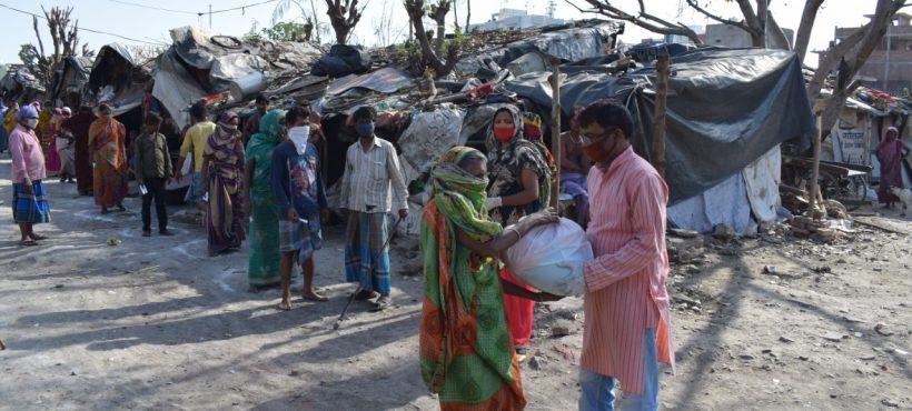 Reparto de alimentos, medicinas y suplementos para mujeres embarazadas. Primeras medidas del plan de emergencia de Semilla en los slums.