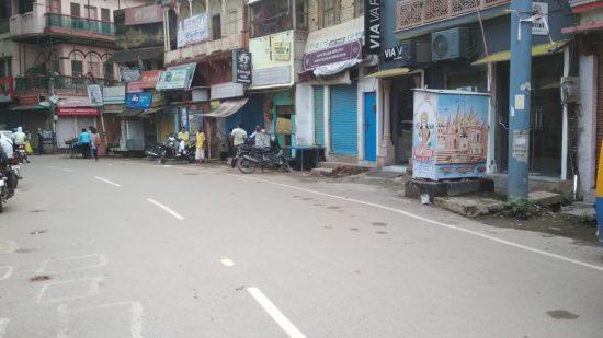 Calle de Varanasi. Se ha vuelto a un confinamiento en Varanasi durante los fines de semana y entre semana, a partir de las cinco de la tarde.